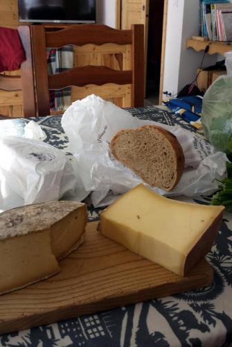 Manger du fromage de chez Louise Anselmet et des bons produits de la Ferme d'Angelina