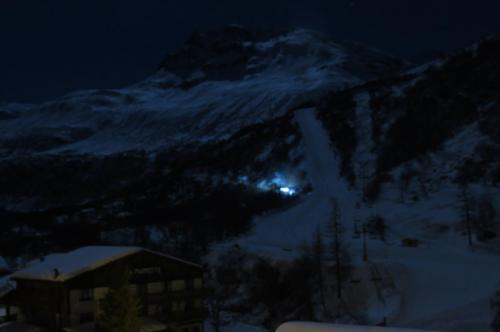 Regarder la lumière de la Lune sur les pistes de ski